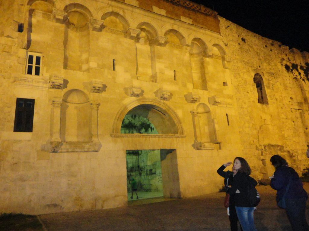 O Portão de Ouro à noite