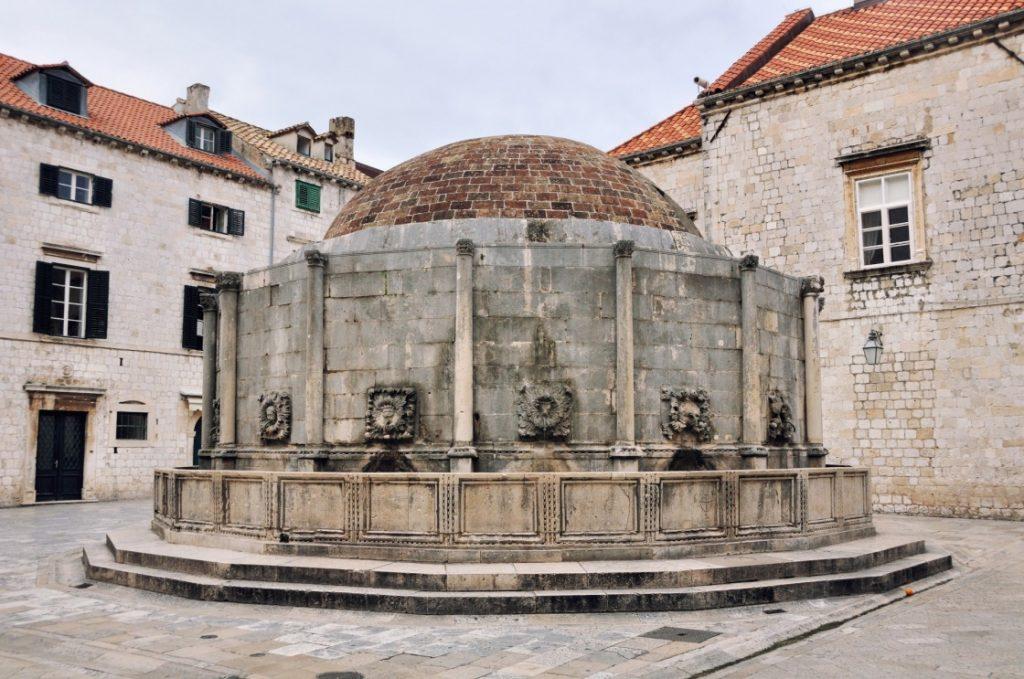 una-passeggiata-per-le-vie-della-citta-vecchia-onofrio-39-s-fountain-is-one-of-the-ancient-fountains-of-dubrovnik-croatia-431-3bdb