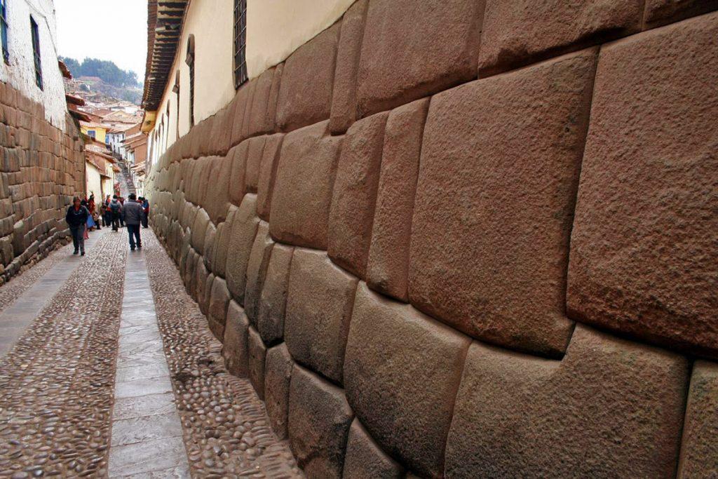 Muito da arquitetura inca permanece intacta, como as pedras da Rua Hatun Rumiyoc