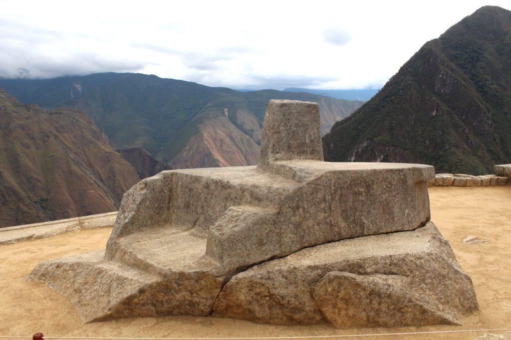 O Intihuatana: turistas costumam estender as mãos sobre a pedra para captar energia (divulgação internet)