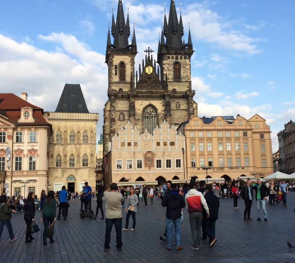 A Igreja de Nossa Senhora de Tyn é o ponto mais alto nos arredores da praça central de Praga. A fachada rústica e grandiosa impressiona também à noite, com iluminação especial