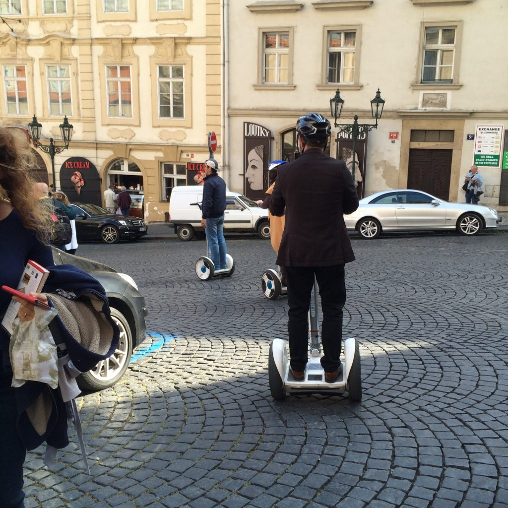 A circulação de automóveis é proibida em várias áreas turísticas; o único meio de transporte liberado é o biciclo