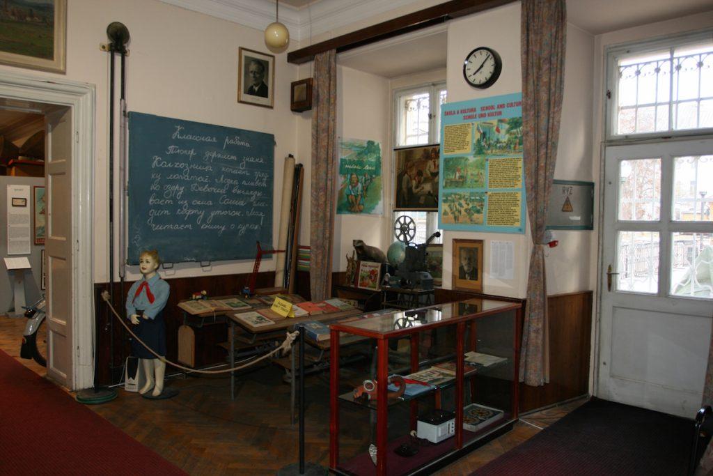 """O Museu do Comunismo recria situações, como uma sala de aula onde os professores eram chamados de """"companheiros"""" pelas crianças, uma sala usada para interrogatórios e um típico ambiente de trabalho da classe operária"""
