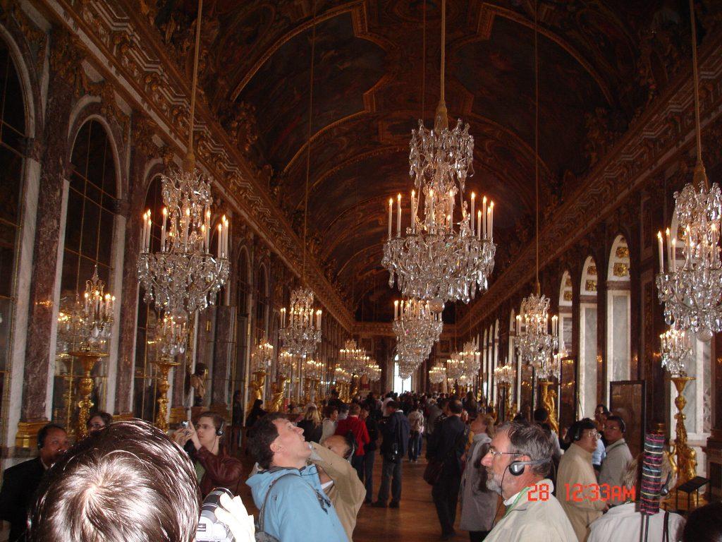 As pinturas no teto do Salão dos Espelhos é um dos setores mais admirados de Versalhes (Zarcillo Barbosa)