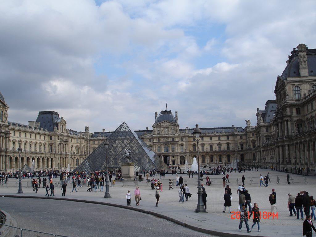 A Pirâmide do Louvre (Zarcillo Barbosa)