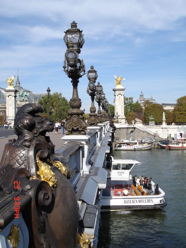 Pont Alexandre III e os turistas no Bateaux-Mouches