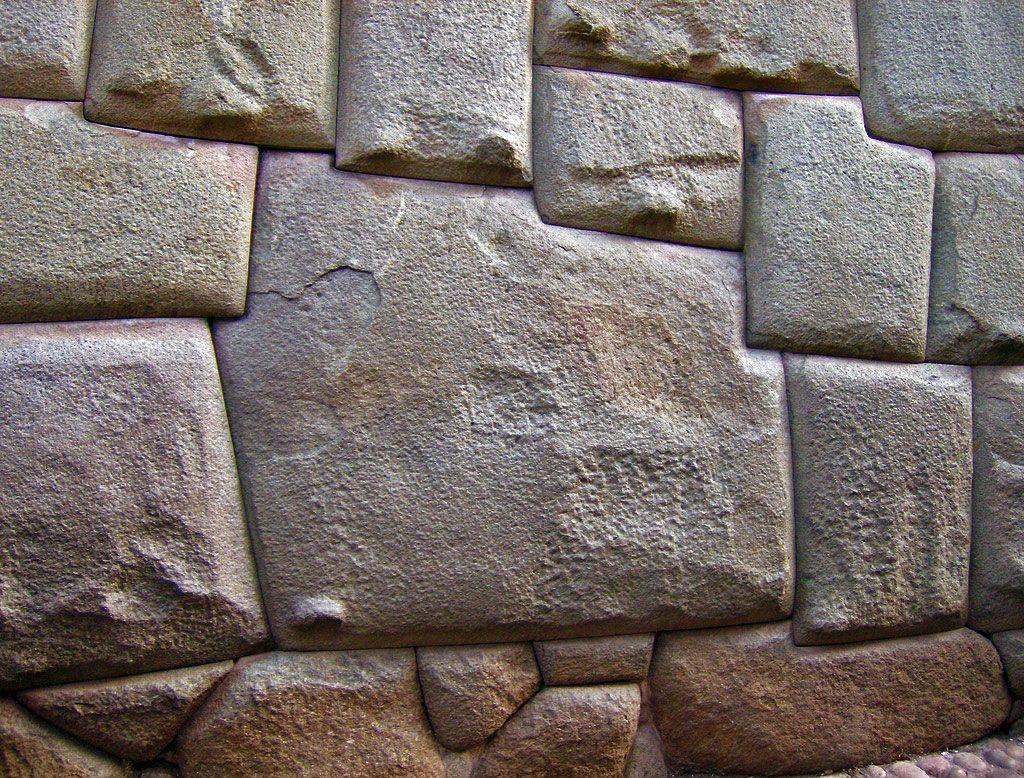 A famosa pedra de 12 ângulos se encaixa perfeitamente com as outras pedras que formam o muro