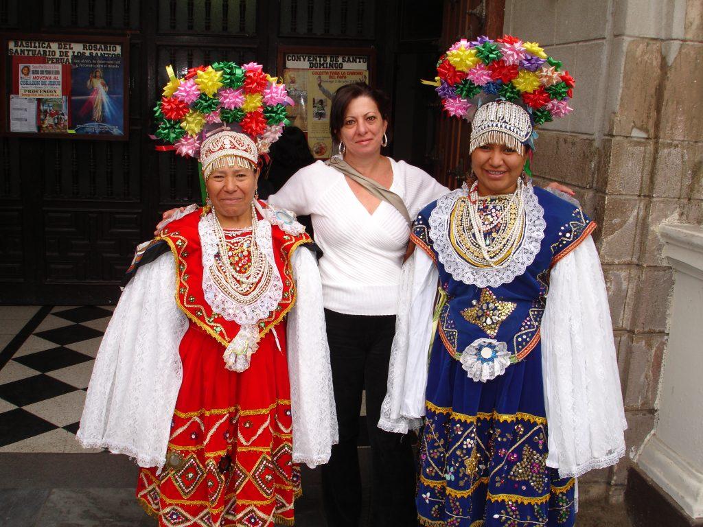 Peruanas em trajes típicos recebem os visitantes no Convento de Santo Domingo (Foto: Eliane Barbosa)