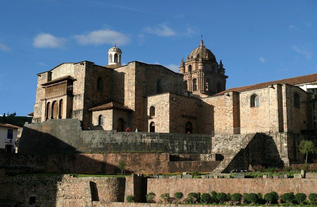 O Convento de Santo Domingo, construído sobre o Templo Koricancha, mantendo sua estrutura (divulgação internet)