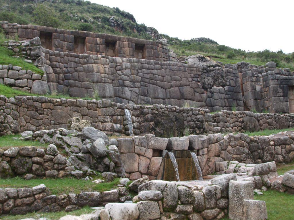 Tambomachay: sistema de aquedutos desenvolvido pelos incas que canaliza água de um lago a 25 km de distância