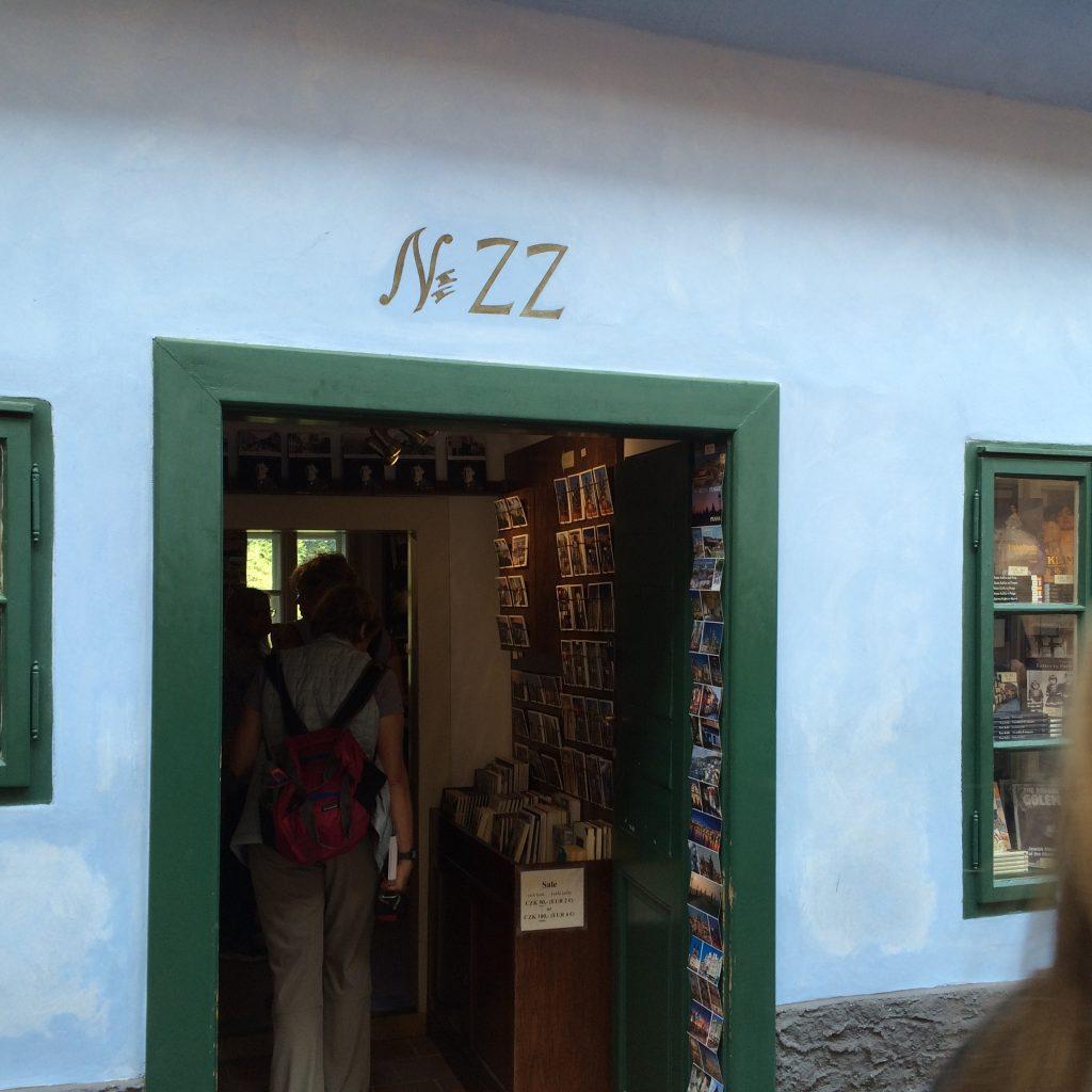 A casa 22, onde Kafka viveu com sua irmã, na Viela Dourada